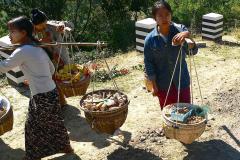 Myanmar, Mount Popa, Popa-Steine werden zum Verkauf angeboten