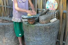 Myanmar, Ein Mädchen zeigt uns die Herstellung von Thanaka-Paste