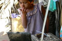 Myanmar, Die Thanaka-Paste wird im Gesicht verstrichen