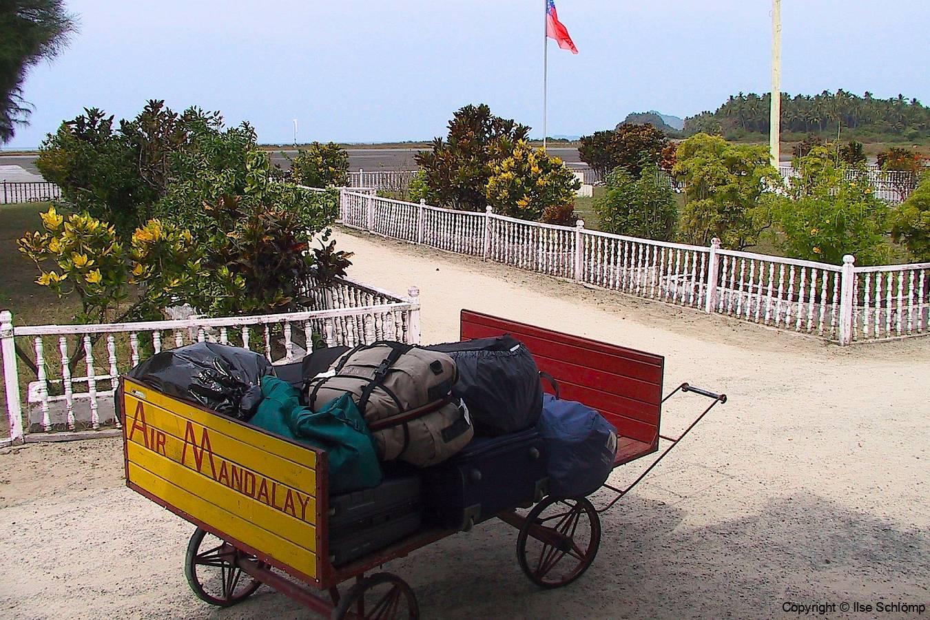 Myanmar, Thandwe, Flughafen, Das Gepäck für den Abflug nach Yangon steht bereit