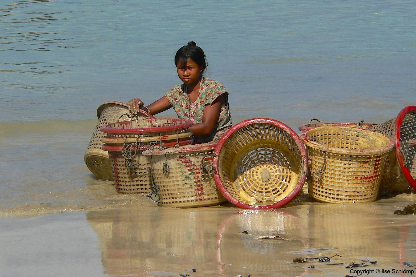 Myanmar, Ngapali Beach, Die Körbe werden gereinigt