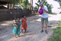 Myanmar, Ngapali Beach, Wir blasen einen Wasserball für die Kinder auf