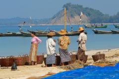 Myanmar, Ngapali Beach, Frauen warten mit Körben auf die Fischer