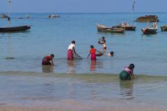 Myanmar, Ngapali Beach, Restliche Fische aus dem Fang werden aus dem Meer gesucht