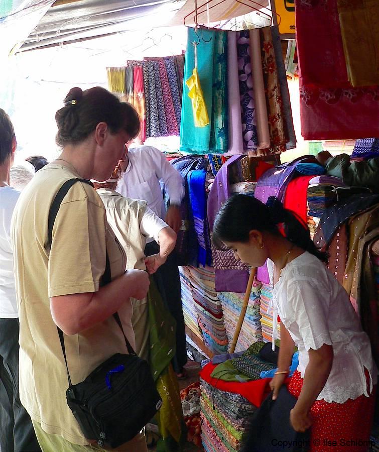 Myanmar, Pyay, Während wir uns  Stoffe für Longyi anschauen ...