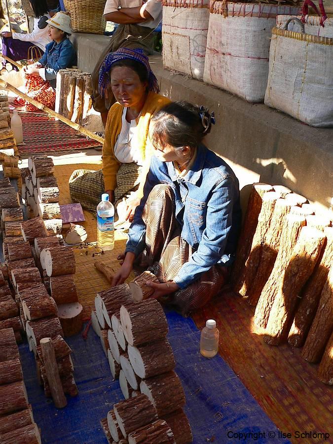 Myanmar, Pyay, Thanaka wird zum Verkauf angeboten