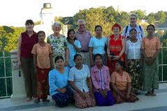 Myanmar, Pyay, Shwesandaw Pagode, Gruppenbild vor dem Sehtatgyi Buddha