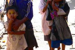 Myanmar, Pyay, Während wir uns  Stoffe für Longyi anschauen, schauen die Kinder interessiert zu