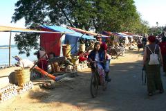 Myanmar, Pyay, Thanaka-Verkaufsstände am Irrawaddy