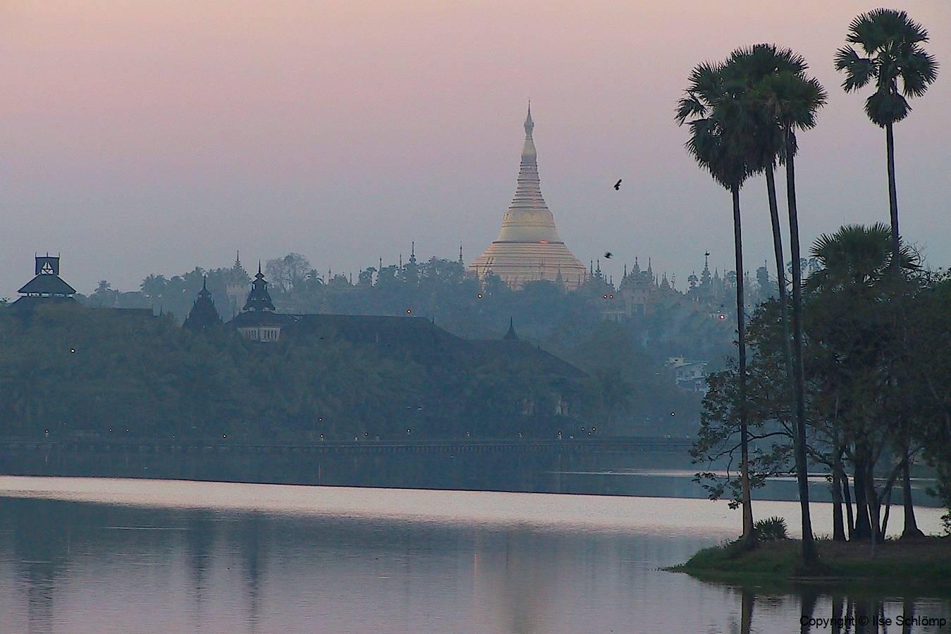 Myanmar, Yangon, Shwedagon Pagode in der Abendstimmung