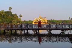 Myanmar, Yangon Blick vom Kandawgyi Palace Hotel auf die Burmesische Königsbarke im Königlichen See