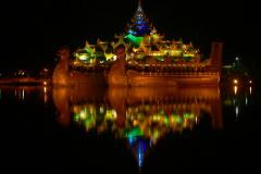 Myanmar, Yangon, Burmesische Königsbarke im Königlichen See bei Nacht