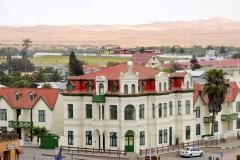 Namibia, Swakopmund, Blick vom Woermannhaus auf das Hohenzollernhaus und die dahinterliegenden Dünen
