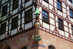 Nürnberg, spätgotisches Pilatushaus, errichtet 1489, mit dem Heiligen Georg als Drachentöter