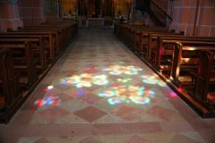 Oberwesel, Liebfrauenkirche, Lichtspiel der Buntglasfenster auf dem Kirchenboden
