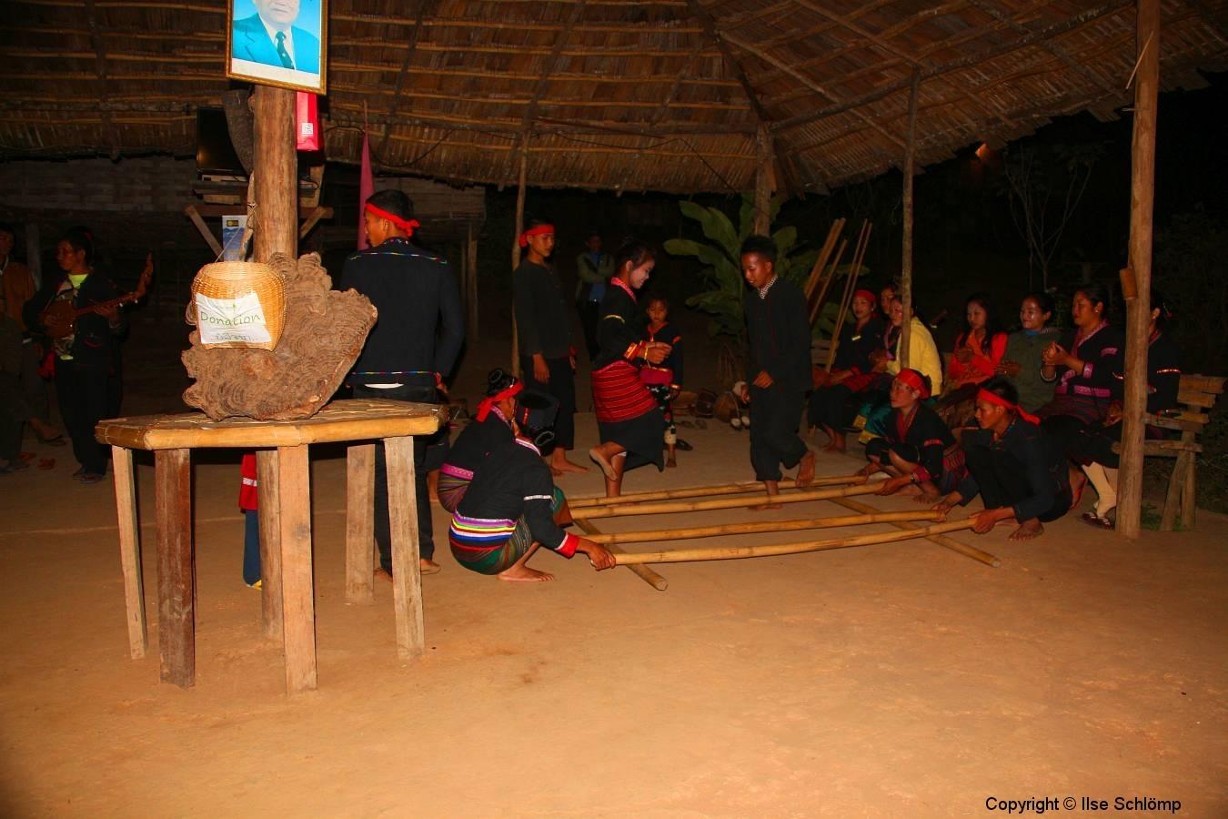 Laos, Oudomxay, Nam Kat Yola-Regenwald, Khmu Village, Tanzvorführung