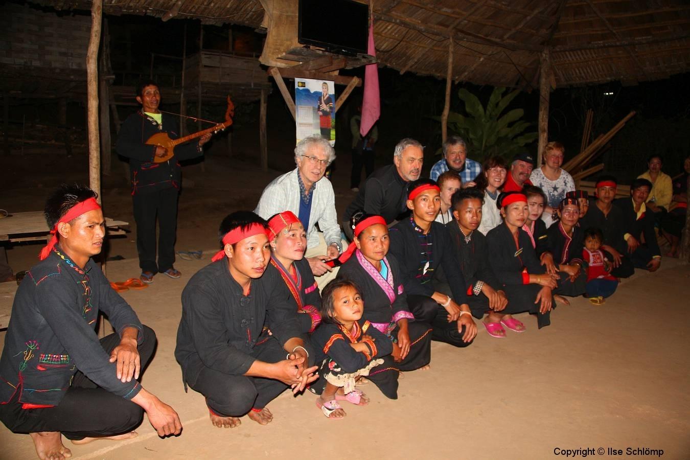 Laos, Oudomxay, Namkat Yola-Regenwald, Khmu Village, Tanzvorführung