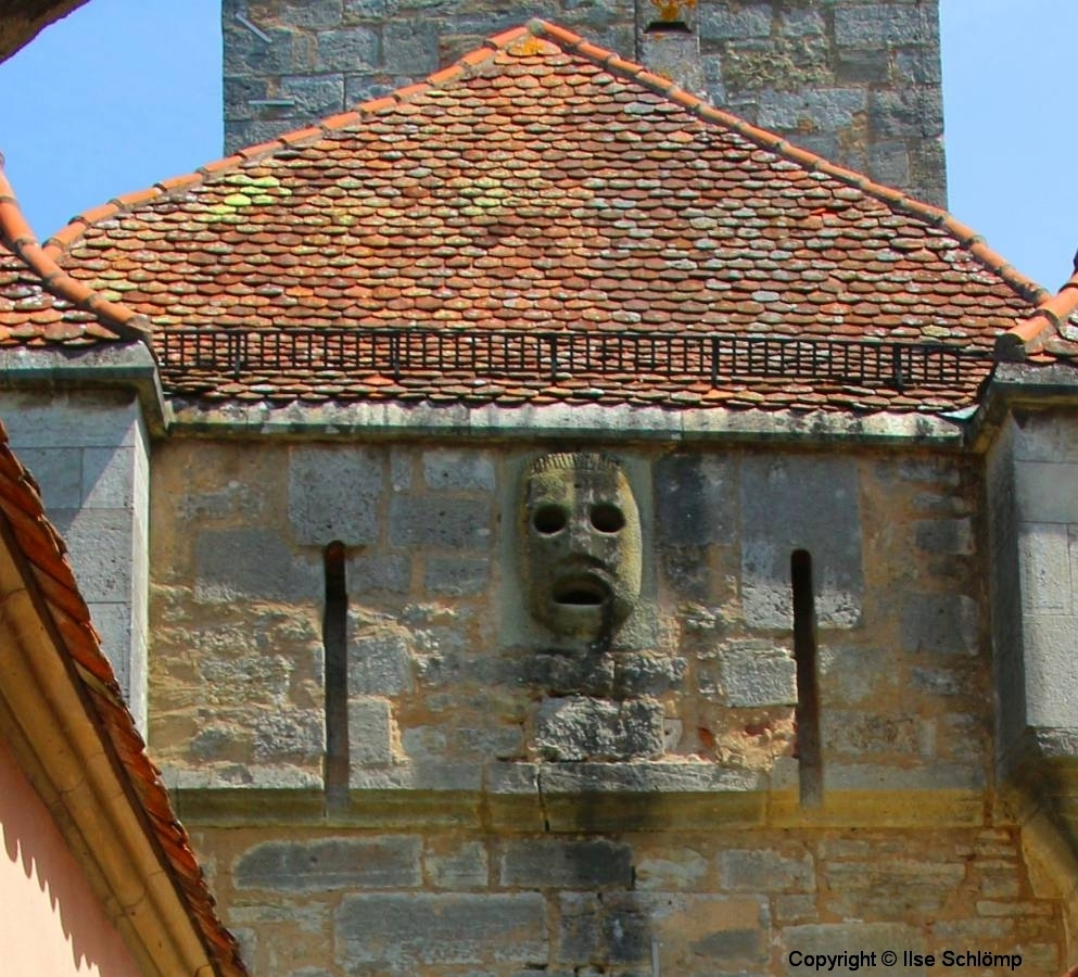 Rothenburg ob der Tauber, Maske über dem Burgtor, aus der im Mittelalter heißes Pech floss