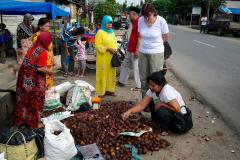 Sumatra, Straßenmarkt, Wir kaufen Schlangenhautfrüchte