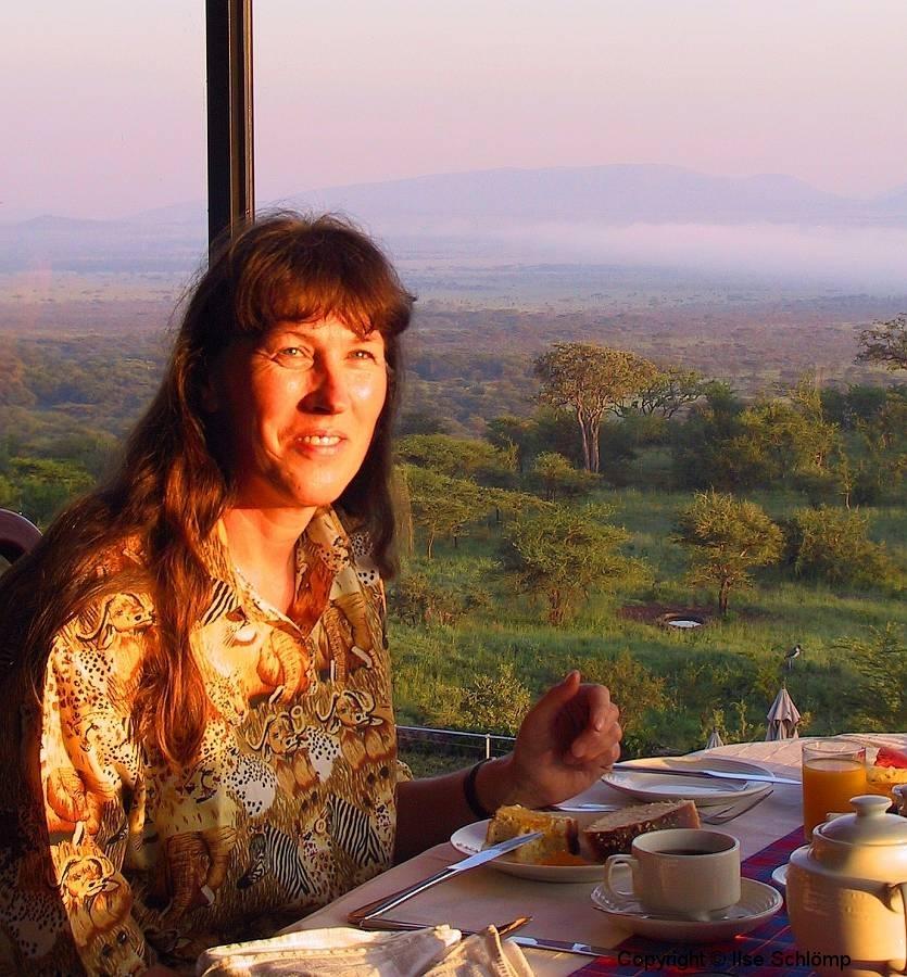 Tansania, Serengeti, Frühstück bei Sonnenaufgang mit Blick auf die Serengeti