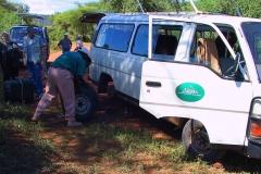 Tansania, Lake Manyara Nationalpark, Unsere erste Panne mit Radwechsel