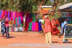 Tansania, Farbenfrohe Batikstoffe werden zum Verkauf angeboten