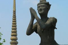 Thailand, Bangkok, Wat Pho, Statue vor einem Chedi