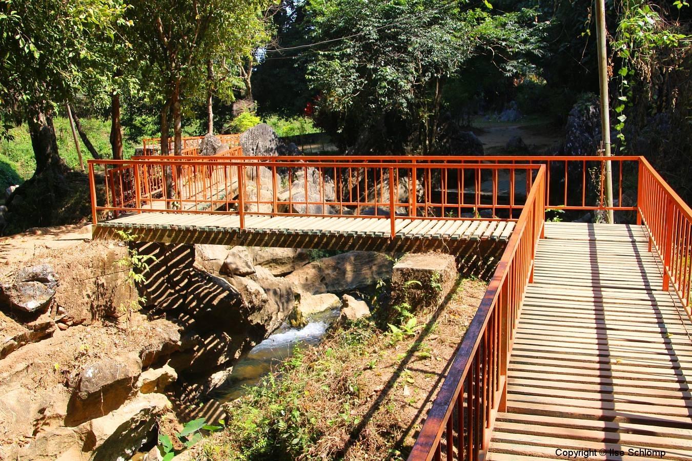 Laos, Vang Vieng, Tham Chang, Zickzack-Brücke