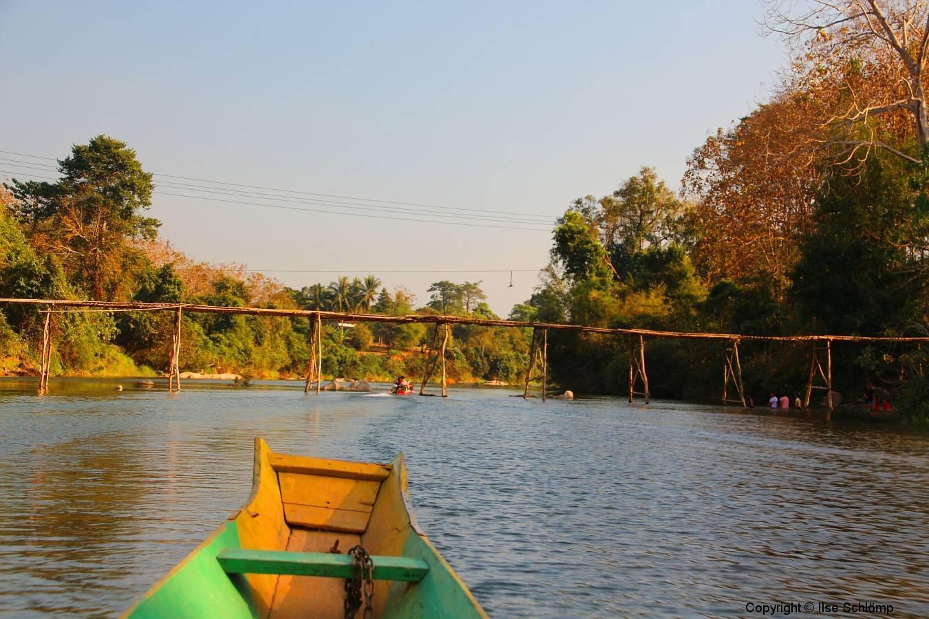 Laos, Vang Vieng, Nang Song Fluss, Bambusbrücke