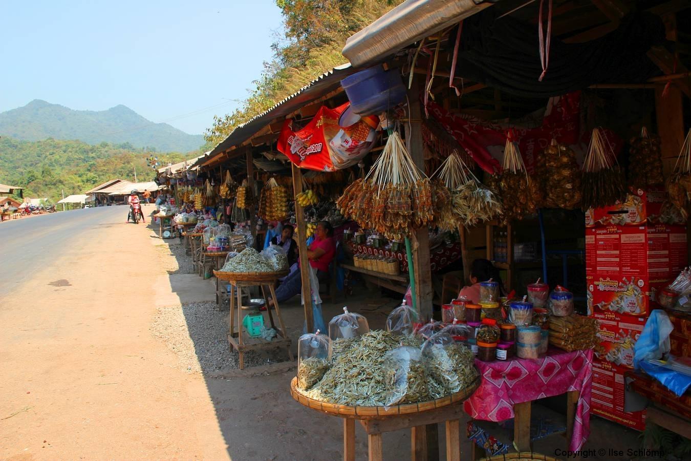 Laos, Vang Vieng, Markt am Straßenrand