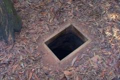 Cu Chi, Schmales Einstiegsloch zum Tunnel