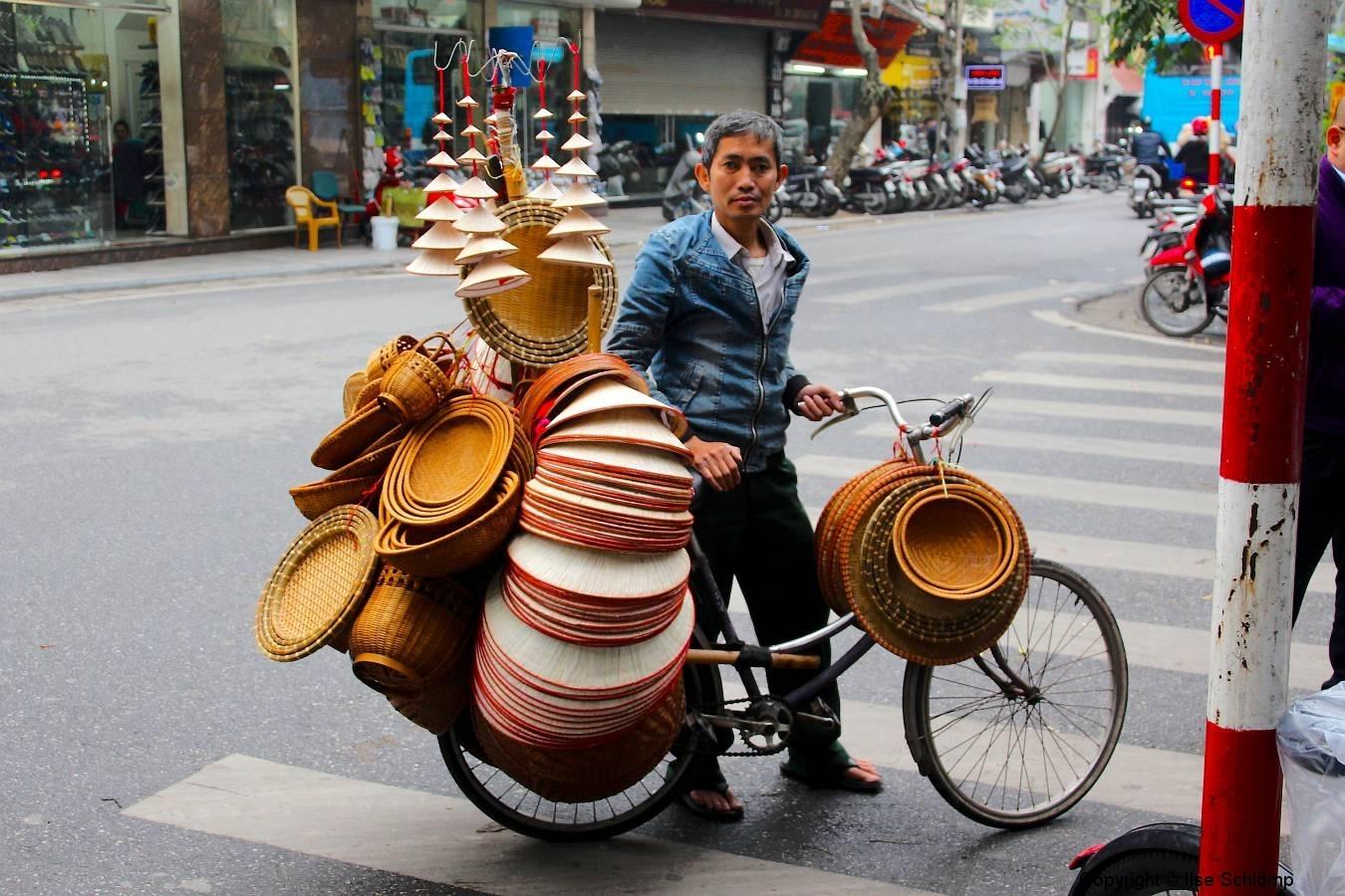 Vietnam, Hanoi, Korbverkäufer