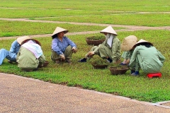 Hanoi, Rasenpflege vor dem Ho Chi Minh-Mausoleum