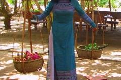 Mekong-Delta, Schultertragestange mit zwei Körben voller Früchte