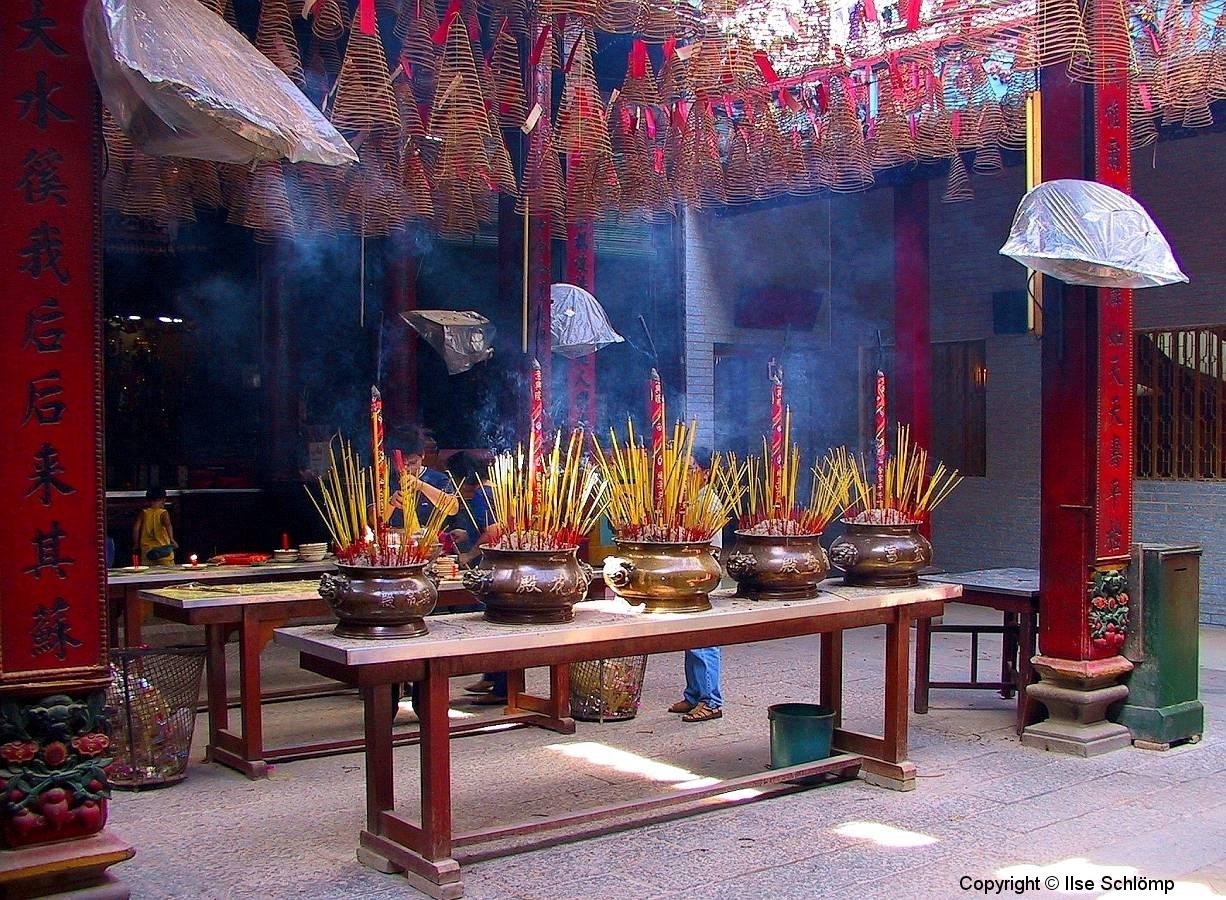 Saigon, Chua Thien Hau-Pagode. Von der Decke hängen Räucherspiralen. Die fünf Räucherstäbchenbehälter stellen die fünf Elemente dar