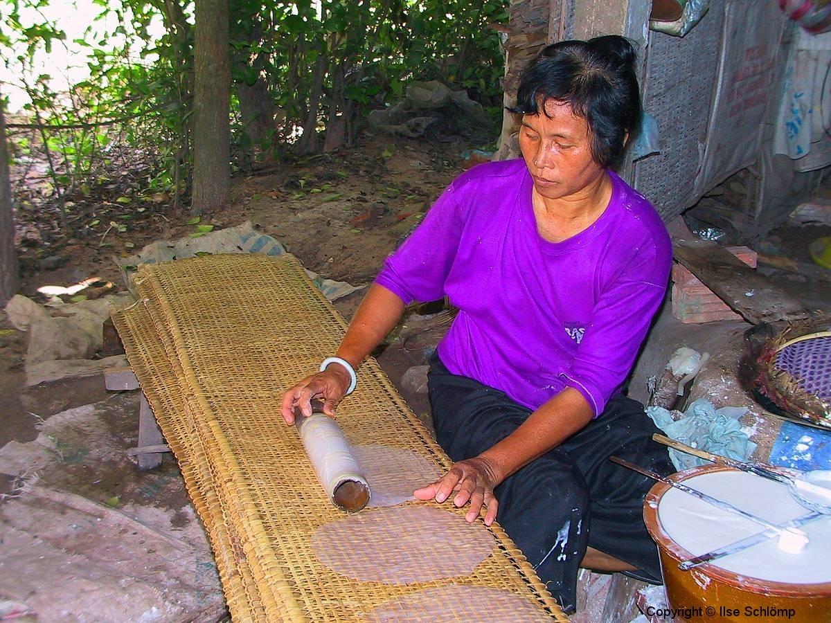 Saigon, Die Reispapierblätter werden zur Trocknung ausgelegt